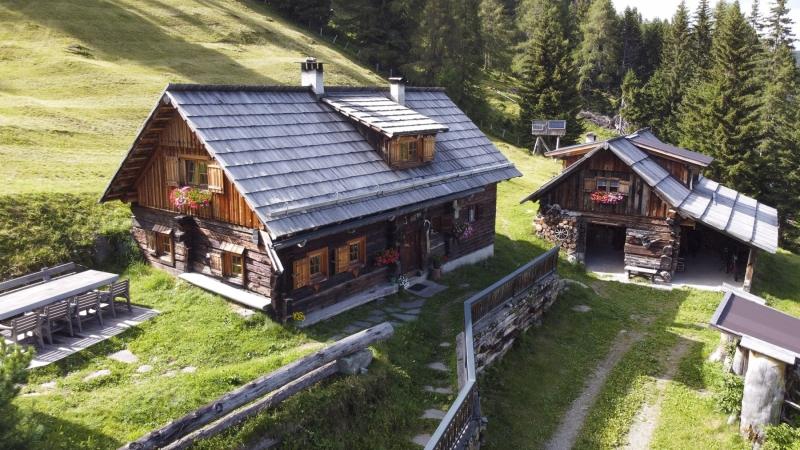 Drohnenfotografie von Berghütten oder Ferienanlagen