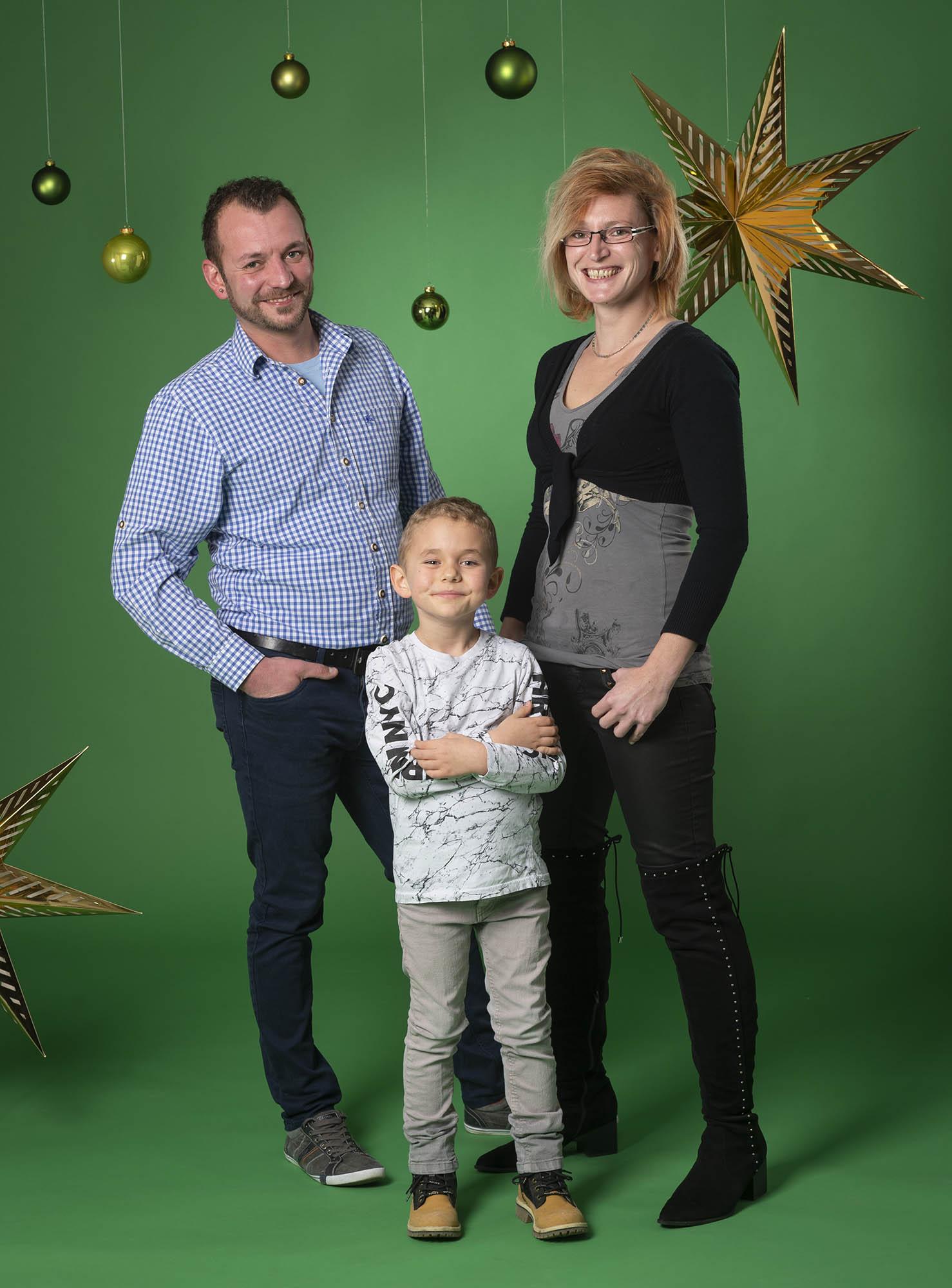 Familie-Traunstein-Familienfoto-Studio-Weihnachten-Geschenk-002