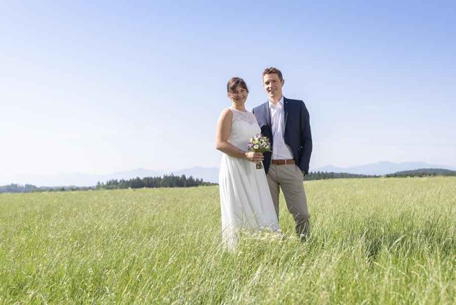 Hochzeitsfotograf Traunstein - POrtrait auf Wiese